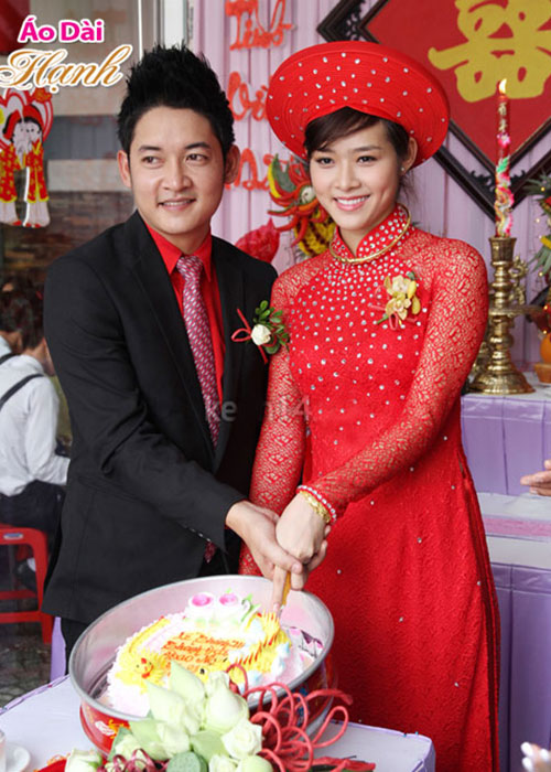 Áo dài cưới đỏ ren kết hợp với đá trắng làm chiếc áo thêm nổi bật