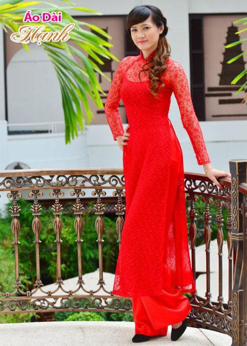 Áo dài cưới ren đỏ đơn giản nhưng không kém phần sang trọng