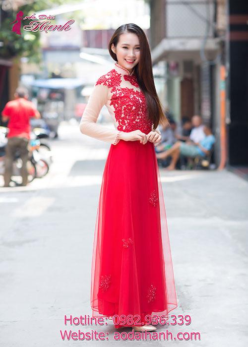 Chiếc áo dài cưới đẹp được đính đá pha lê đỏ cầu kỳ
