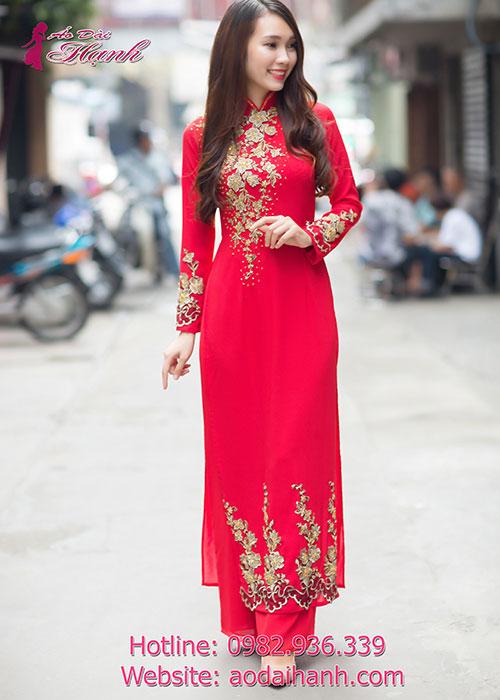 Đơn giản nhưng tinh tế với áo dài cưới đỏ kết hoa rất đẹp