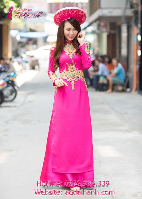 Áo dài cưới hồng sen kết hợp với hoa văn đẹp ấn tượng
