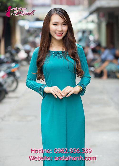 Áo dài xanh lý đính đá đơn giản nhưng không kém phần quyến rũ