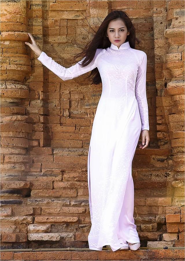Áo dài trắng nữ sinh giúp dáng cao hơn