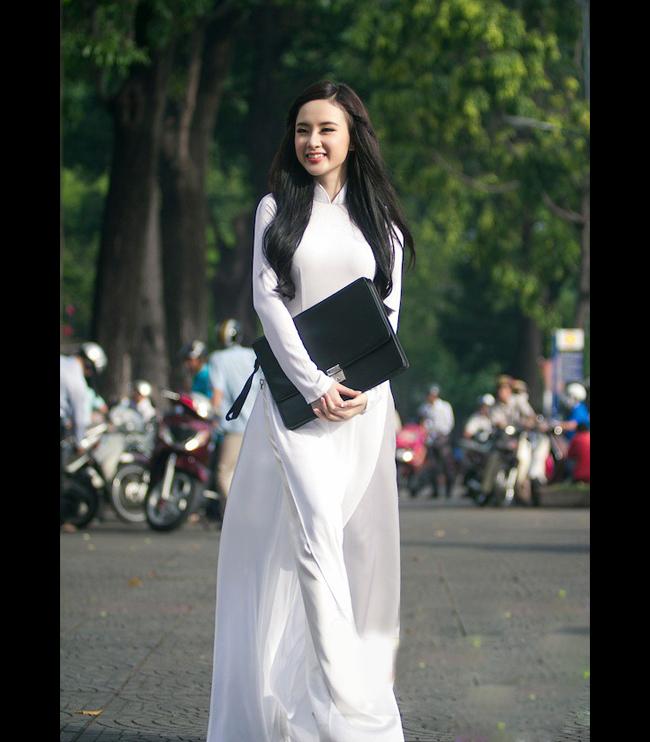 Áo dài trắng nữ sinh nổi bật trên phố