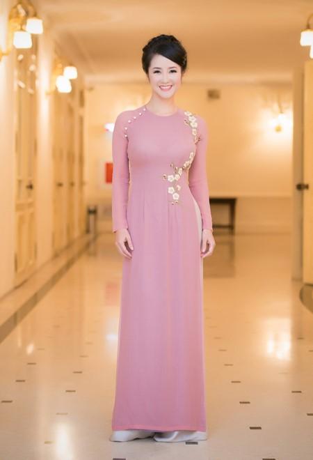 Mẫu áo dài cổ kiềng màu hồng pastel cùng với họa tiết hoa dơn giản