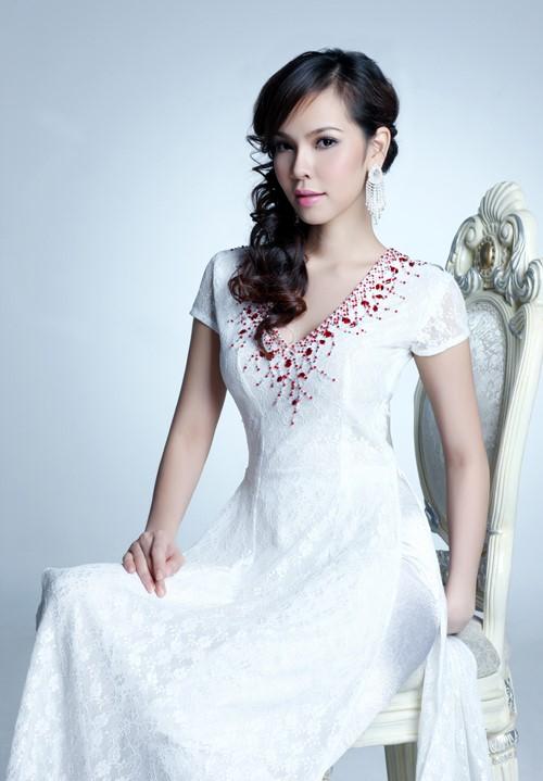 Chiếc áo dài cổ tim tay ngắn có họa tiết đơn giản từ những hạt đá đỏ càng mang lại nét đột phá cho bộ trang phục