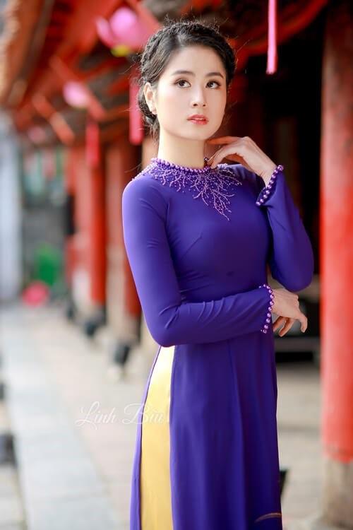 Mẫu áo dài trơn cổ tròn được đính thêm hạt, đính đá trang trí đơn giản nhưng quý phái