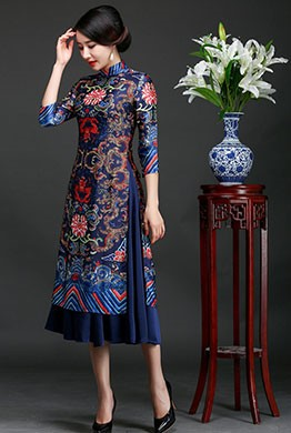 Một mẫu áo dài cổ trụ với họa tiết đối xứng, hoa văn truyền thống