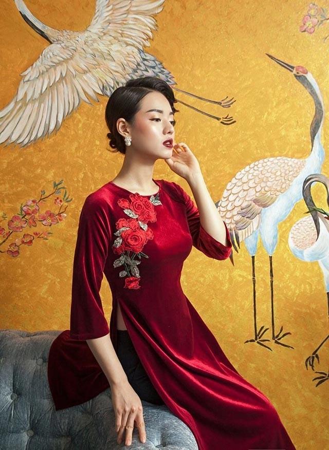 Mẫu áo dài không cổ được may bằng chất liệu nhung sang trọng