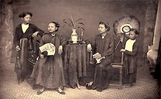 Áo dài tứ thân của phụ nữ Việt giai đoạn năm 1645