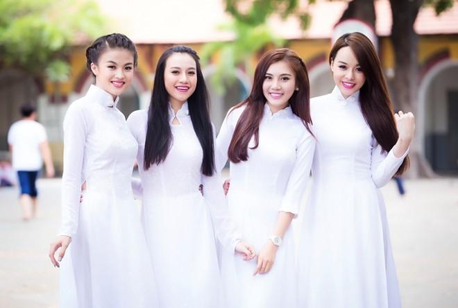 Những nữ sinh trong bộ áo dài trắng thuớt tha với đa dạng các kiểu cổ áo