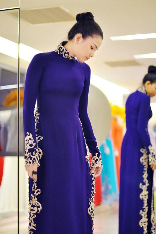 á hậu Trương Thị May xinh dịu dàng trong sắc xanh coban