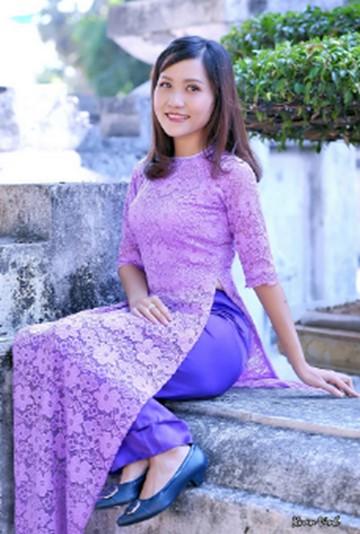 Áo dài cách tân ren hoa màu tím huế