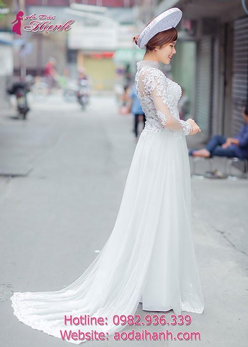 Áo dài cổ cao truyền thống luôn được ưu ái, thích hợp với những bạn nữ có dáng thon gọn, cao ráo
