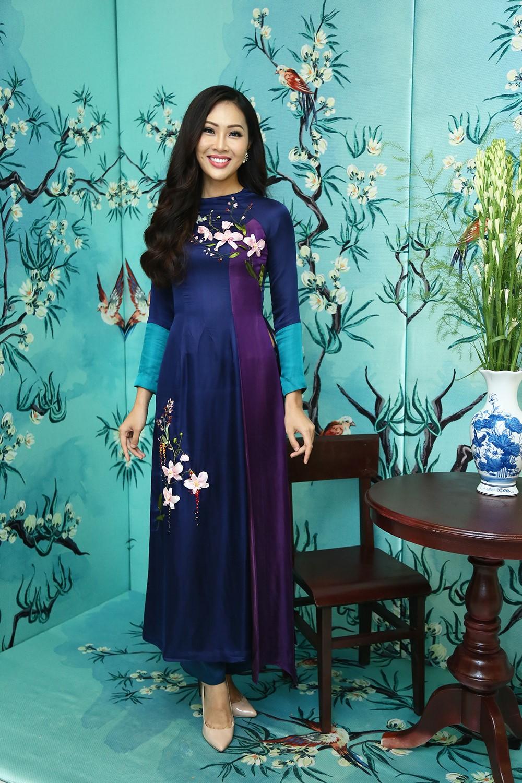 Áo dài gấm màu xanh tím dịu dàng, nữ tính