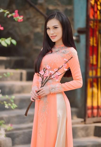 Áo dài màu hồng cam cá tính