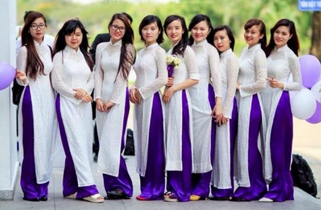 Áo dài trắng với quần tím thể hiện nét tinh khôi, dịu dàng của người con gái Việt