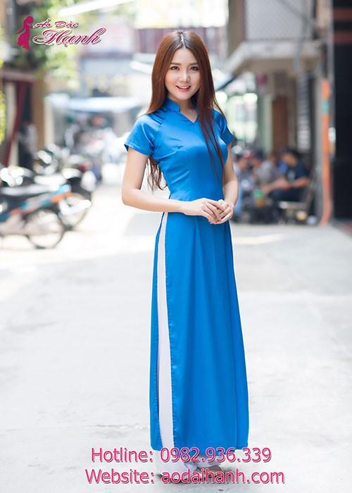 áo dài xanh da trời họa tiết hoa mang đến sự trẻ trung cho các bạn gái
