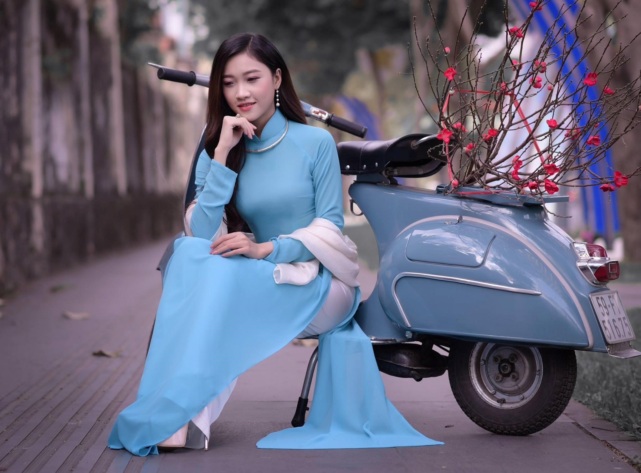 áo xanh da trời phù hợp chụp ảnh tết với hoa