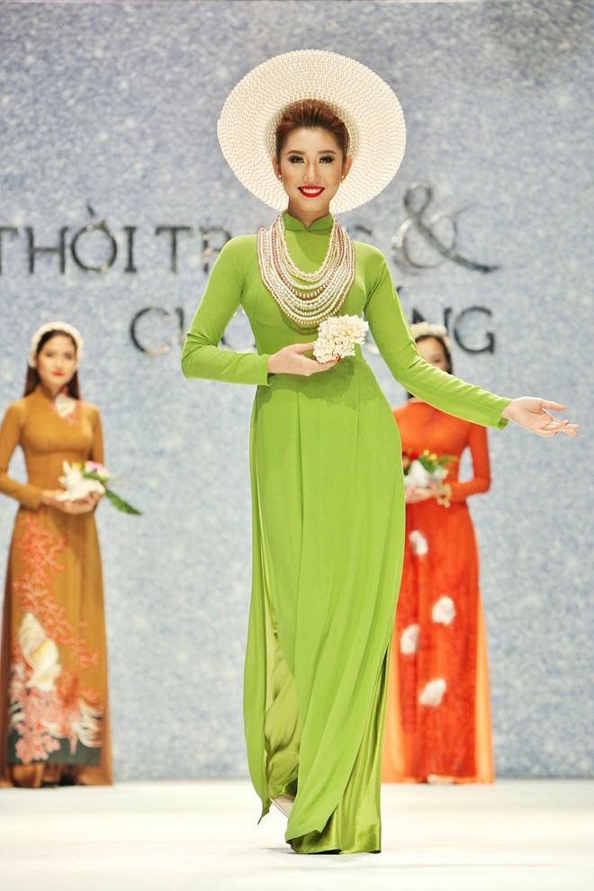 áo dài xanh rêu trình diễn thời trang