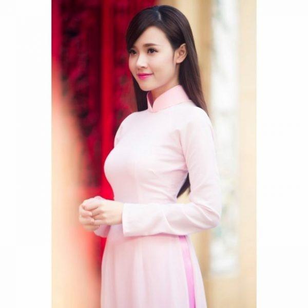 Bên cạnh dáng áo, màu sắc như áo dài màu hồng phấn cũng là lựa chọn giúp bạn gái thêm phần trẻ trung