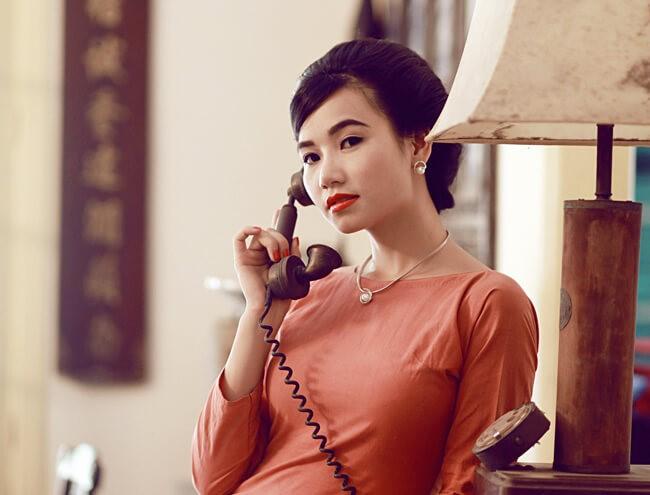 Cổ áo cao được thay bằng loại cổ thuyền trong thiết kế của áo dài Trần Lệ Xuân
