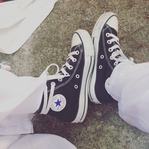 Converse và Adidas Stan Smith là 2 mẫu giày được nữ sinh ưa chuộng cho đồng phục áo dài trắng