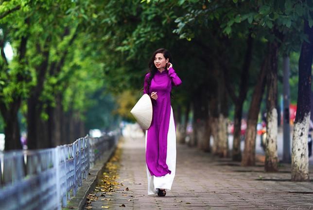 Đẹp dịu dàng với tà áo dài tím Huế truyền thống