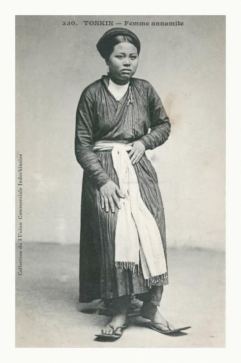 Hình ảnh người phụ nữ Việt trong trang phục áo dài giao lãnh được ghi lại ở tài liệu của Pháp