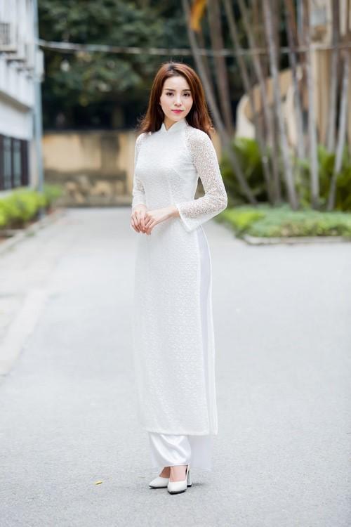 Hoa hậu Kỳ Duyên dịu dàng khi kết hợp giày cao gót cùng áo dài trắng nữ sinh