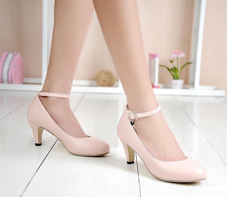 Loại giày mũi tròn khiến đôi chân trông đầy đặn hơn