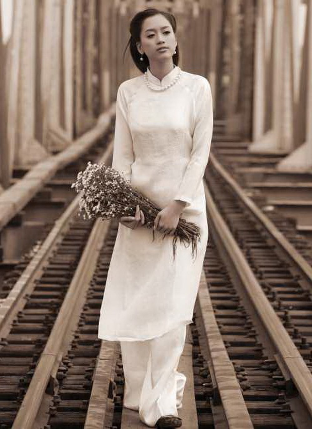 Mẫu áo dài Lê Phổ cổ cao được xem là mẫu nguyên gốc của thiết kế áo dài Việt hiện nay