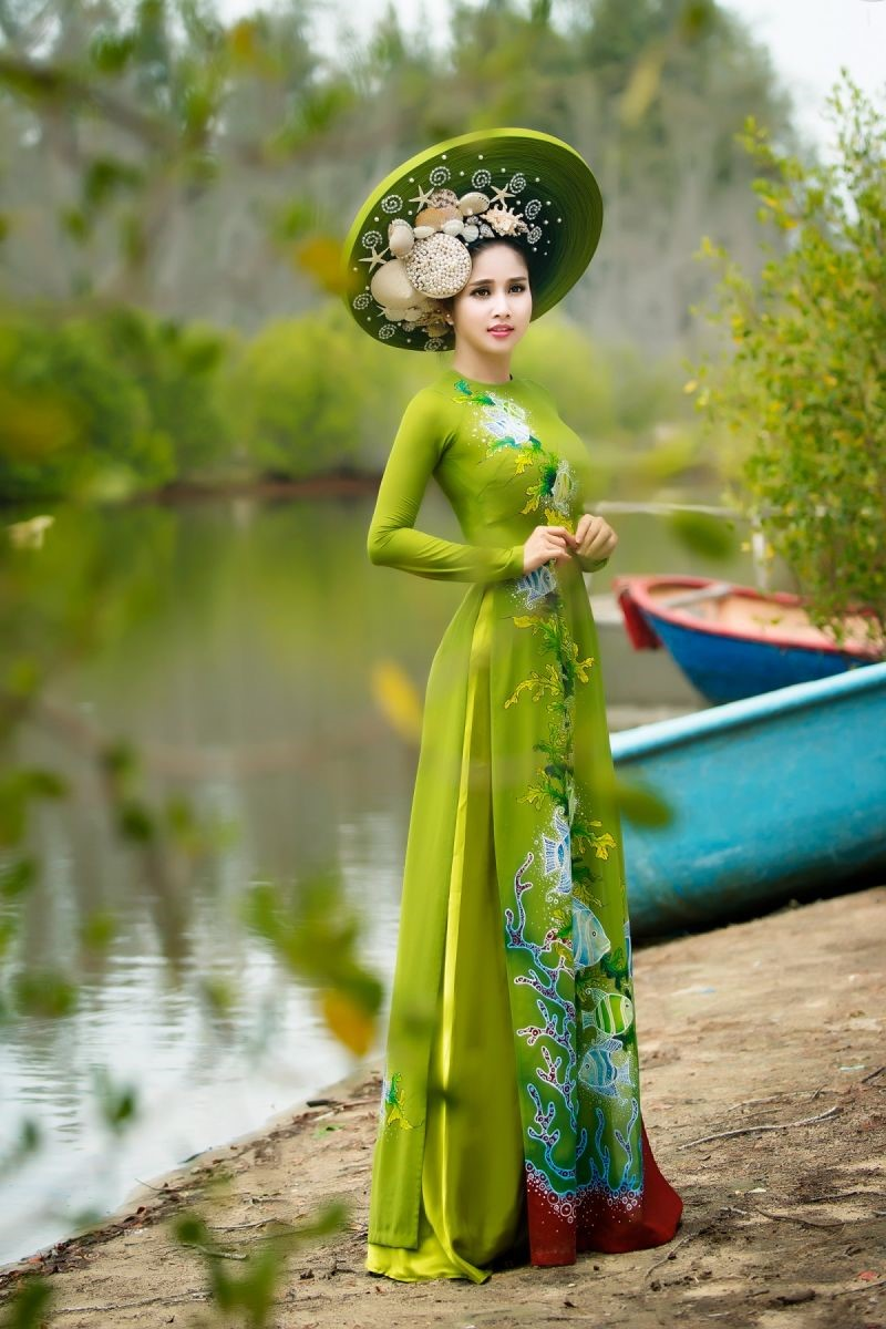 mẫu áo dài màu xanh rêu nhạt thích hợp với bạn nữ da trắng