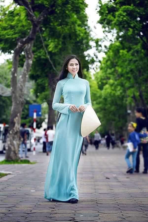 màu xanh ngọc được chị em lựa chọn may áo dài nhiều cho mùa hè nóng nực