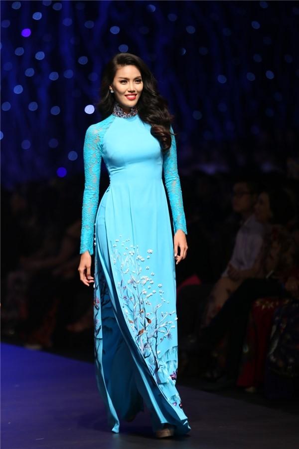 người mẫu Lan Khuê xinh xắn diện áo dài xanh thiên thanh dự sự kiện