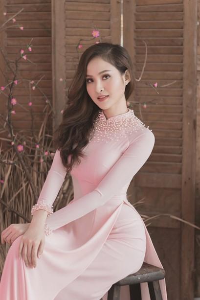 Người mẫu trong chiếc áo dài hồng anh đào dịu dàng