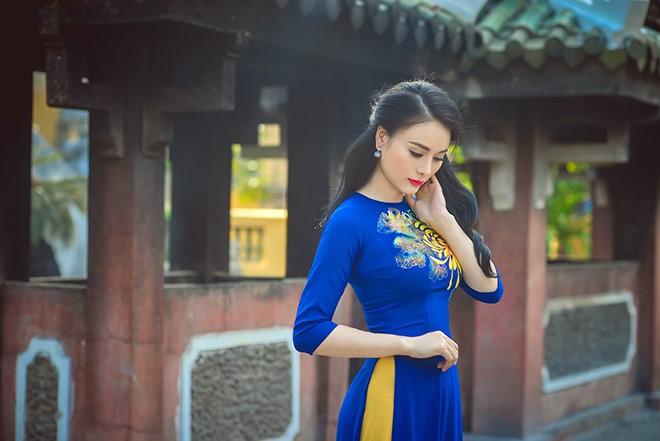 sắc xanh coban của áo dài nổi bật khi kết hợp với màu vàng