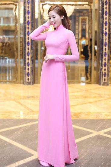 Tà áo dài màu hồng nhạt tôn lên nét dịu dàng
