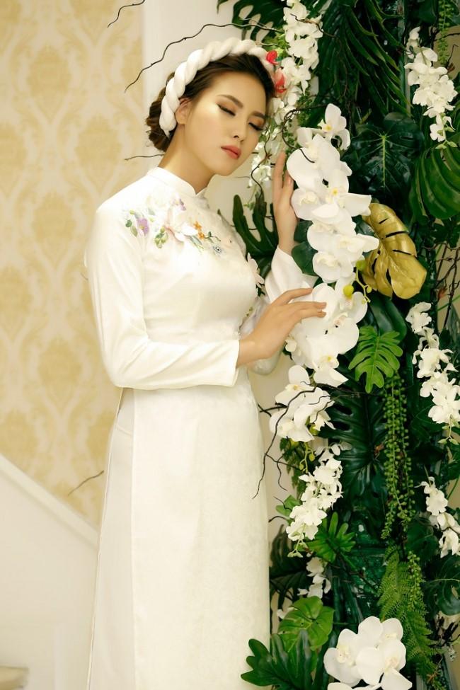 Áo dài cưới áo thêu hoa đơn giản mà vẫn vô cùng xinh xắn