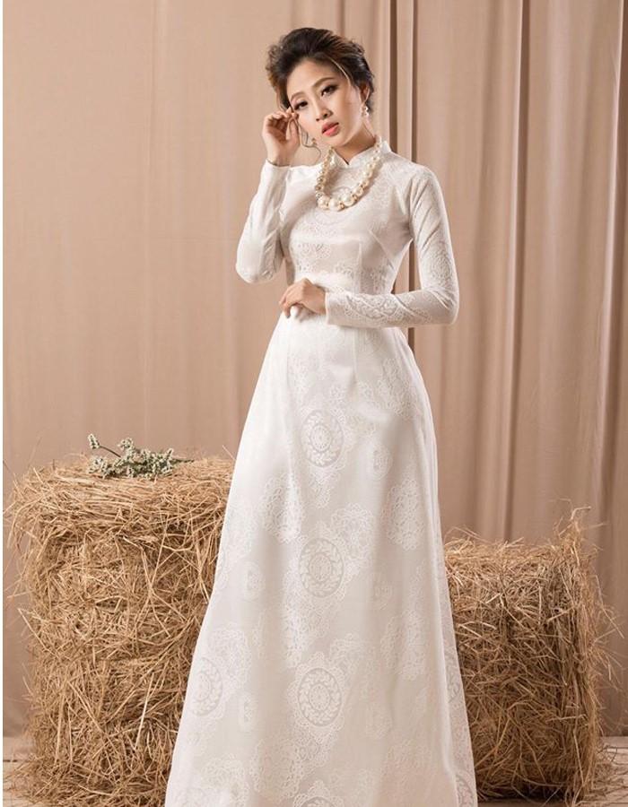 Áo dài cưới bằng gấm màu trắng tăng thêm phần dịu dàng tinh tế