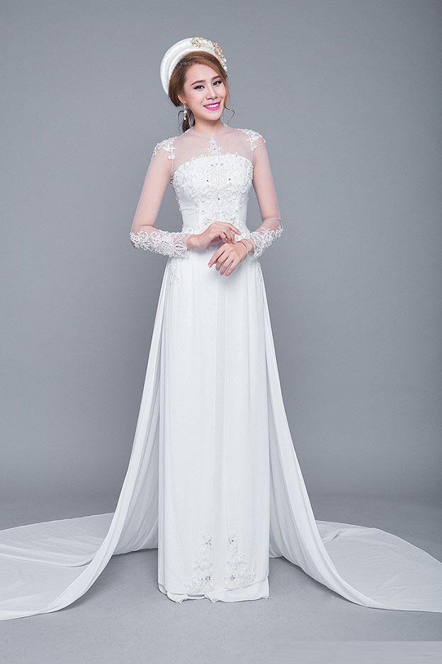 Áo dài cưới cách tân với tay kết ren hoa nổi và tà dài tựa như váy dạ tiệc