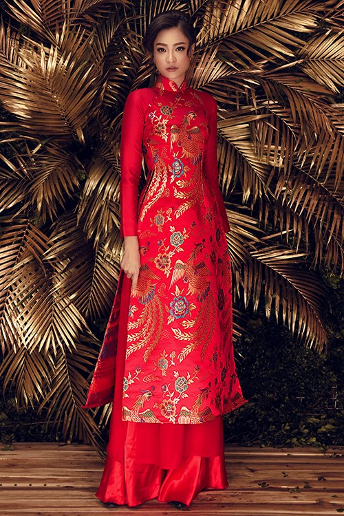 Áo dài cưới cổ truyền bằng vải gấm