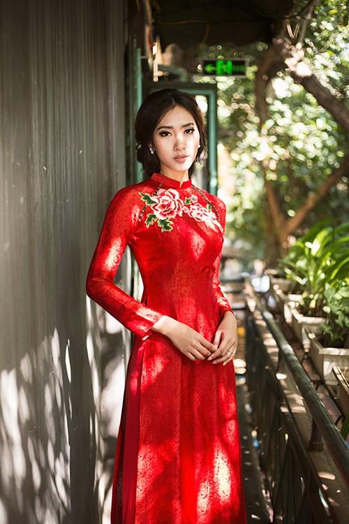 Áo dài cưới màu đỏ chất vải ren thêu hoa