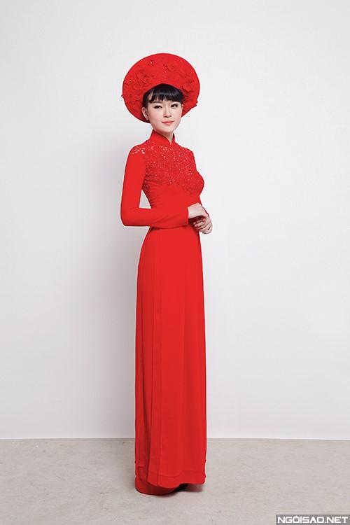 Áo dài cưới màu đỏ với hoạ tiết ren và hoa nổi