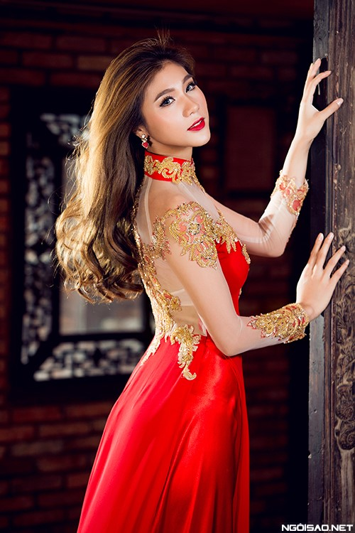 Áo dài cưới với tà và thân áo màu đỏ kết hợp tay áo trắng và hình thêu ánh kim