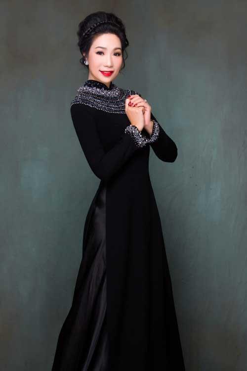 Áo dài đen kết cườm cổ sang trọng