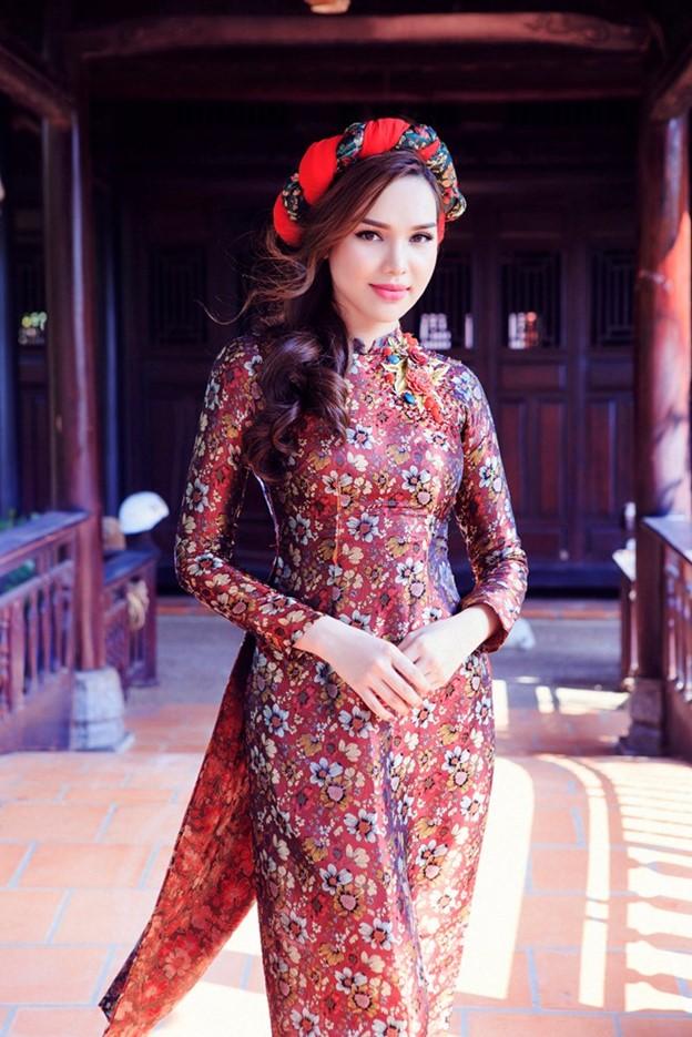Áo dài gấm đỏ đậm in hoa cho cô nàng da ngăm
