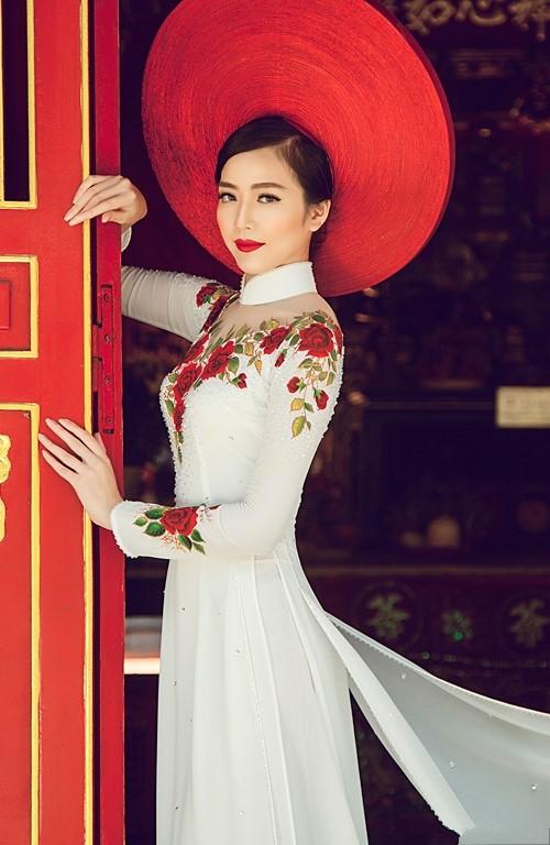 Áo dài trắng kết hoa