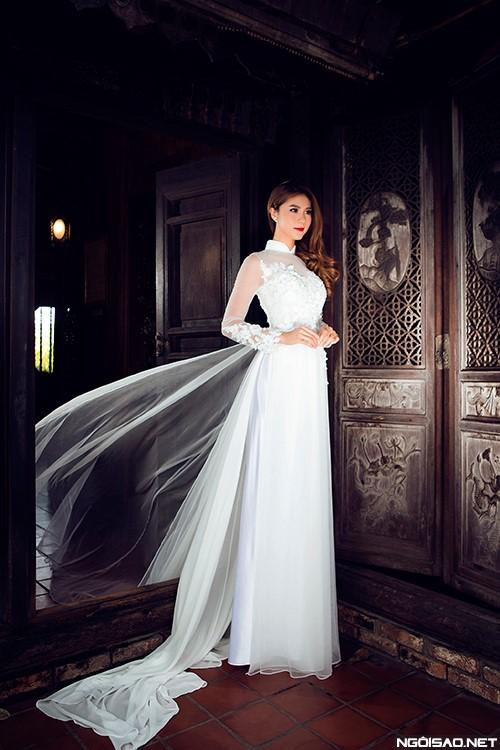 Áo dài trắng với phần tà áo được làm từ chất liệu voan mỏng tôn lên nét dịu dàng, thanh thoát của cô dâu