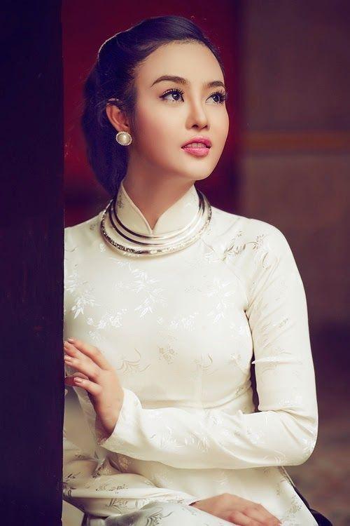 Bộ đôi áo dài cưới truyền thống màu trắng và kiềng bạc được nhiều cô dâu Việt ưa chuộng